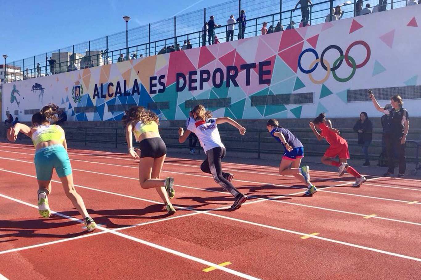Niños y niñas haciendo una salida en una prueba atlética en la pista de atletismo Antonio Fernández Ortíz, de Ciudad Deportiva Municipal Val